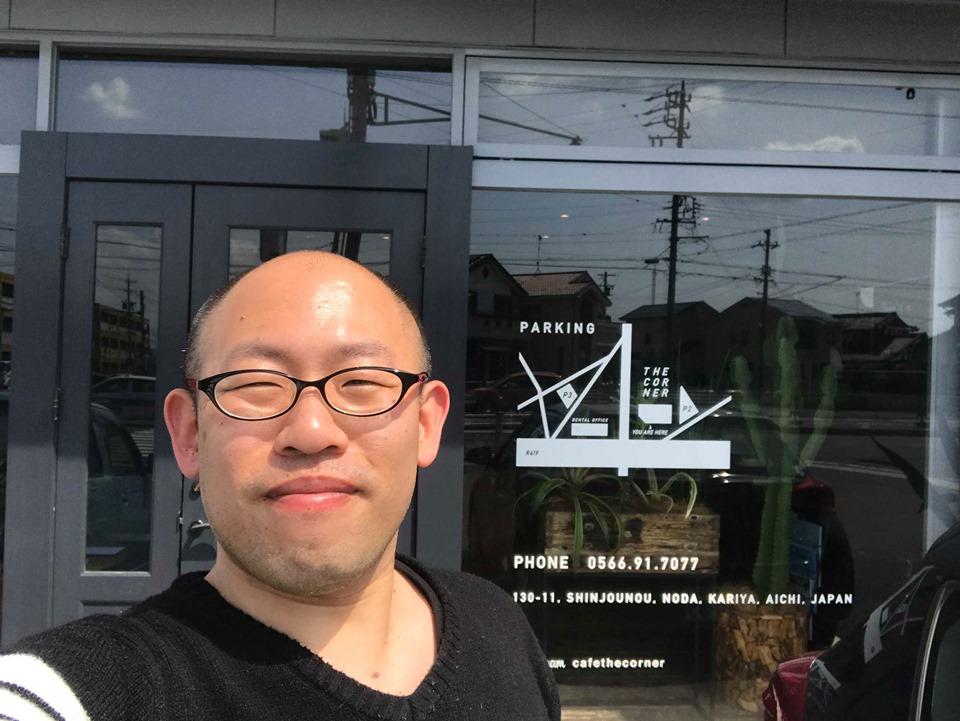 刈谷市のカフェの外観と私