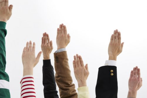 挙手して質問